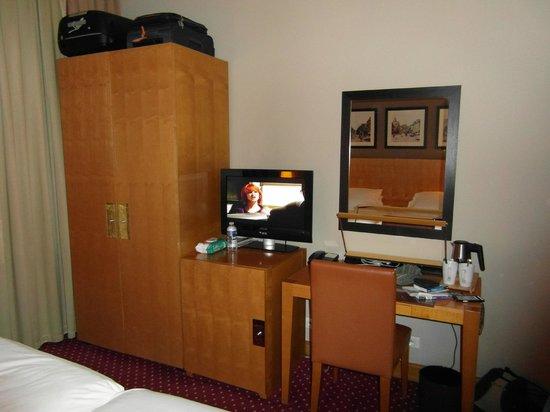 Hotel Royal Saint Michel: armario, minibar, tv y escritorio