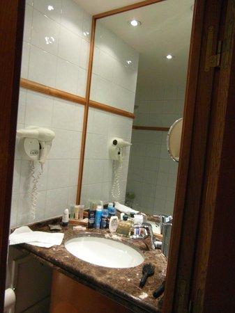 BEST WESTERN PREMIER Royal Saint Michel : lavabo con espejo
