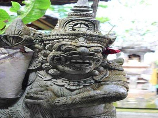 Kori Bali Inn: statue