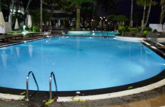 Suite Hotel Fariones Playa: Night lights at pool