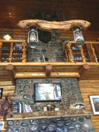 Twin Pines Lodge And Cabins: Lobby