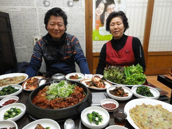 MaMa Hanok Guesthouse (Changdeok Palace): Mr. & Mrs. Ju at their restaurant (not on the property)