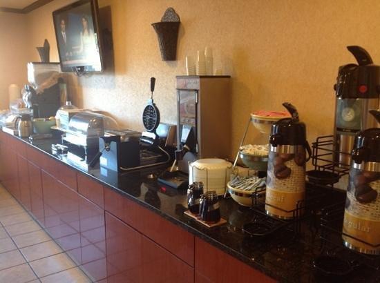 Baymont Inn & Suites Perrysburg: breakfast nook. plenty of food at 9am