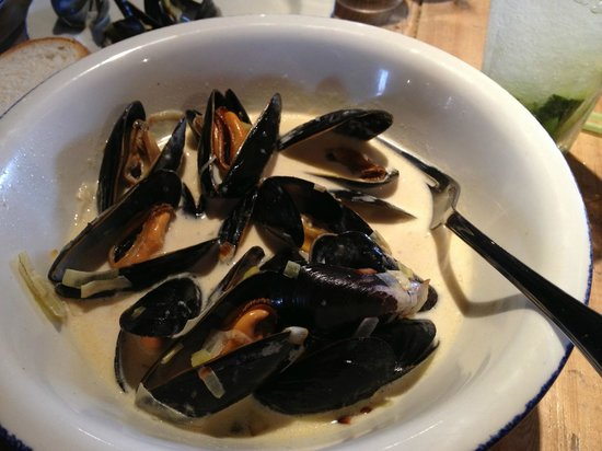 The Angel & Blue Pig: A starter sized portion of delicious mussels