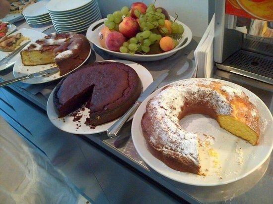Hotel Logonovo: Torte a colazione