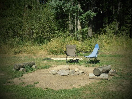 Evergreen Motel : Fire pit...private from road