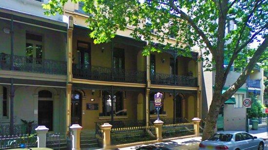 Victoria Court Hotel Sydney: Hotel in de straat