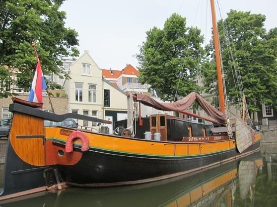Schiedam Windmill : een mooi tjalk in de haven van Schiedam