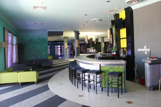 Coconut Bay Beach Resort & Spa: Peter John's Lounge Bar