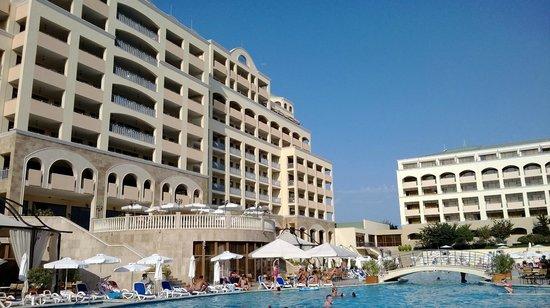 Sol Nessebar Palace: Внешний вид отеля со стороны бассейна