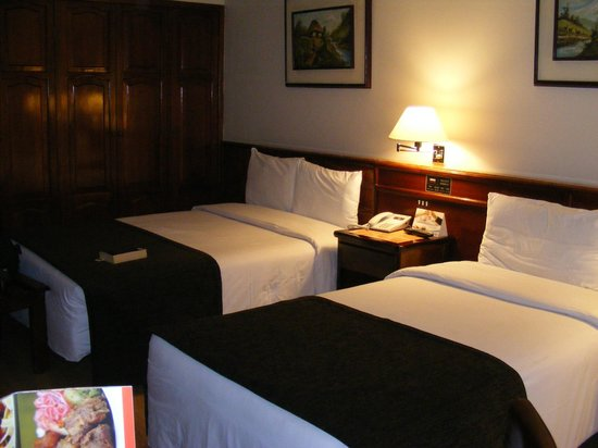 Hotel Reina Isabel: Our room