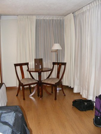 Hotel Reina Isabel: Table and chairs in our room