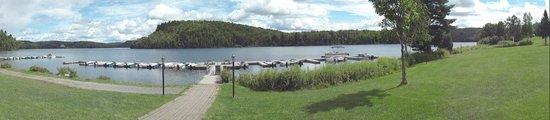 Auberge du Lac-a-l'Eau-Claire : Berge du lac