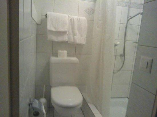 Hotel-Restaurant Felmis: la totalité de la salle de bain