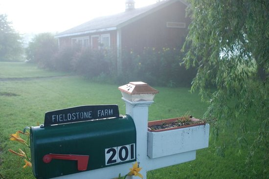 Fieldstone Farm: Mailbox at entry, building behind is not part of accommodations