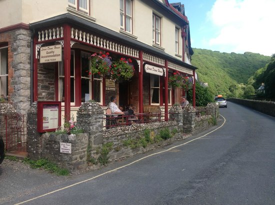 Lorna Doone House: Chatting on the terrace!