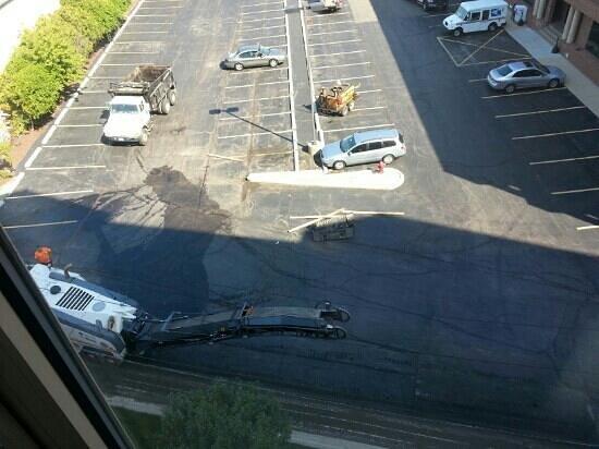 Hilton Garden Inn Chicago O'Hare Airport: stinky tar