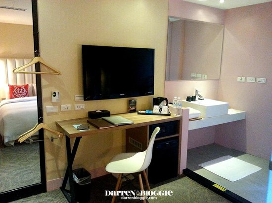 Via Hotel: Full length mirror, LCD tv, chiller and basic amenities available in room