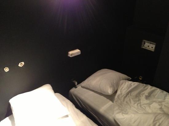 Hotel O  Kathedral : Encima de la cama llega tubos del antiguo cuarto de baño...