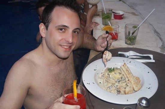 Hotel Hacienda Real del Caribe: Atendimento do Restaurante na Piscina
