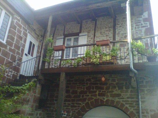 Meyssac, Prancis: vue exterieur d'une chambre avec son balcon privé