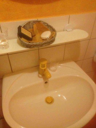 Hotel du Fiacre : Sink (as clean as it gets)