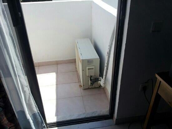 Kabanari Bay Hotel: Condizionatore su balcone che perde acqua e allaga tutto