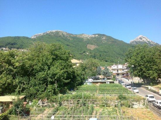 Nido Verde: panorama verso i Monti di Agerola dal secondo piano della struttura