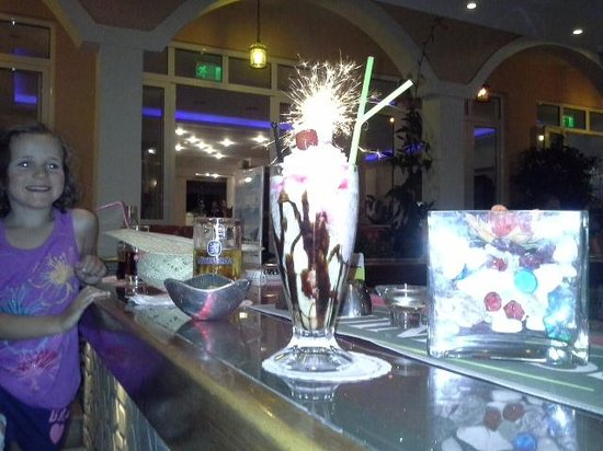 Coral Hotel: buy your cocktail at the bar