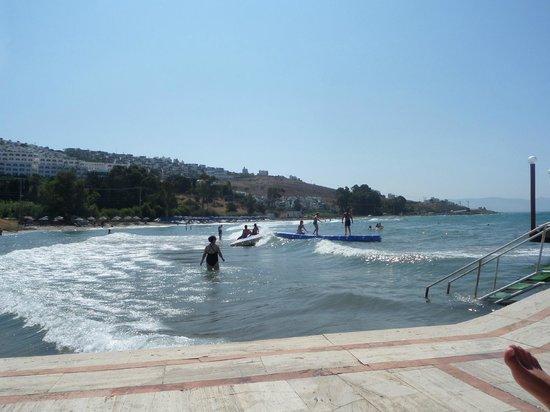 Golden Beach Hotel: Widok z molo na wydzieloną przez hotel część morza