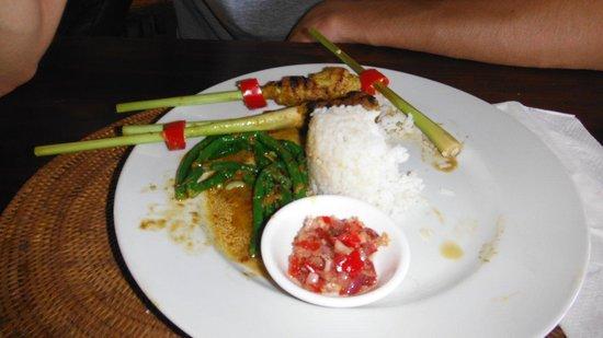 Tirta Ayu Restaurant , The Water Palace , Tirtagangga : aglio nel verde, chili nel rosso, si salva il bianco