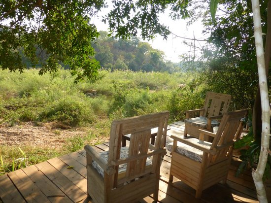 Bua River Lodge : relaxing by the river