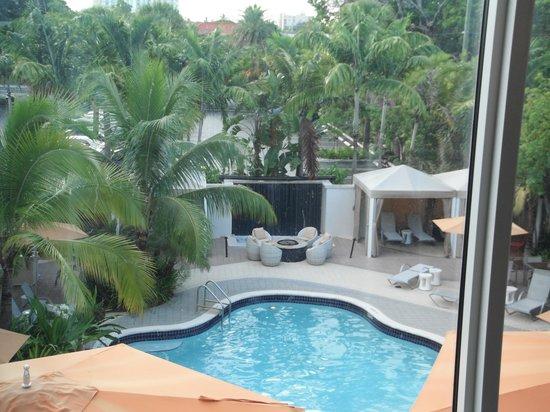 Hotel Urbano: Vista de la piscina desde el gimnasio
