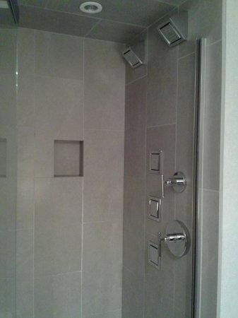 Inn on Woodlake: Incredible shower!