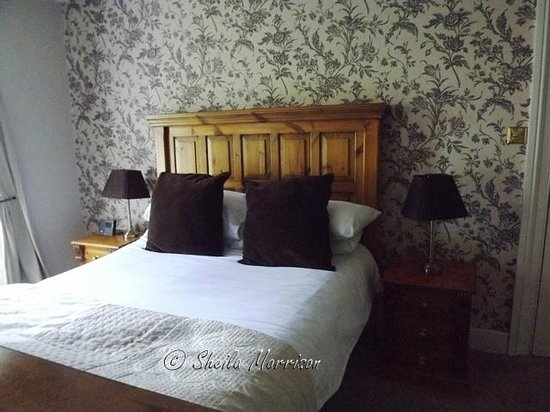 White Linen Guest House: Huge bed in the Tudor room