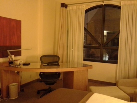 InterContinental Milwaukee: Desk area/window