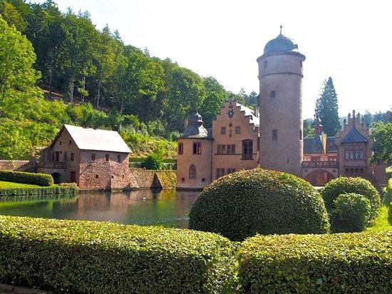 Schloss Mespelbrunn: Märchenscshloss im Sonnenschein