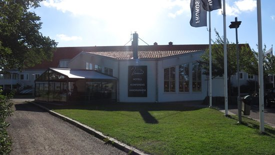 Svanen Hotel & Youth Hostel: Hotellet mot elven