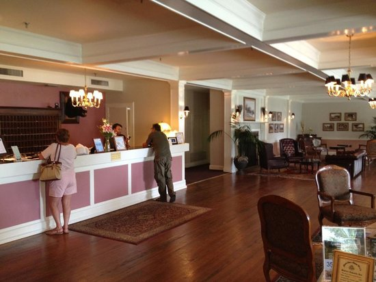 Lakeside Inn: Hotel Lobby for Check In