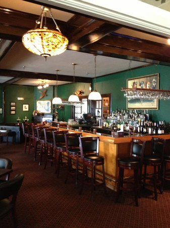 Lakeside Inn: Bar next to the hotel lobby