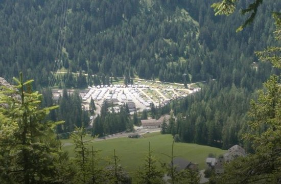 camping colfosco: spazio tra un mezzo e l'altro NULLO !