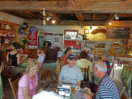 Leo's Cafe: Inside dining at Leos.