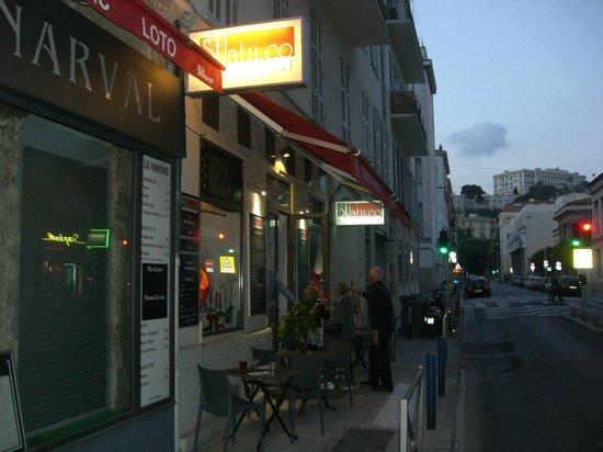 Le Statu.co: Restaurangen utifrån på kvällen.