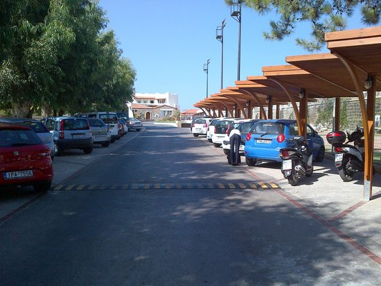 Alexander Beach Hotel & Village: The long driveway protects the hotel from high street noise