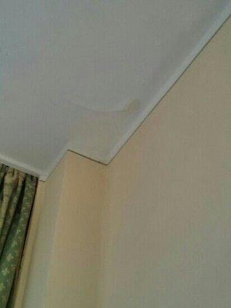 Golf Hotel Campiglio - ATAHotel: camera 309 infiltrazioni nel soffitto. Se piove molto cola l' acqua in camera