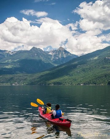 Kaslo Kayaking: Purcell mountain views