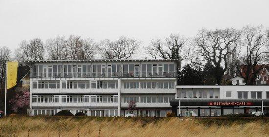 Seehotel Eichenhain: Hotellet fra stranden af