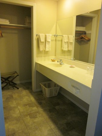 Shallows Resort: Sink/vanity area and the closet/alcove
