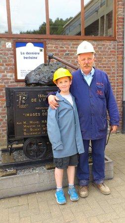 Blegny-Mine: gids + zoon voor standbeeld