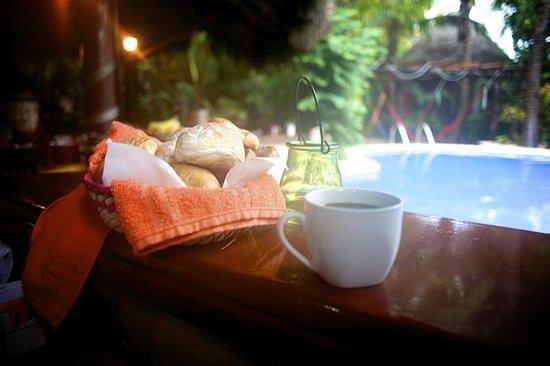 Cocos Cabañas: Morning Breakfast - stone baked bread rolls